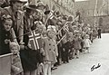 Forventningsfulle barn venter på det første borgertoget etter krigen (1945) (3808035776).jpg