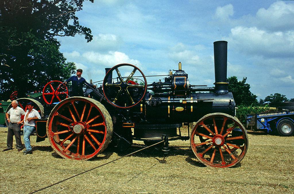 Der Dampfpflug 1024px-Fowler_ploughing_engine_in_Staplehurst_2