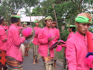 Gendang beleq - The accompanying cymbal players.
