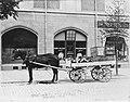 Häst och vagn utanför Sveas smör och äggmagasin, 1916.jpg