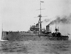 Fartyg till sjöss med rök från två skorstenar