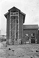 HUA-167342-Gezicht op de droogtoren voor brandslangen bij de wagenwerkplaats van de N.S. te Blerick. N.B. Te Blerick werden tot 1954 regelmatig brandslangen van de bedrijfsbrandweer van de N.S. gecontroleerd.jpg