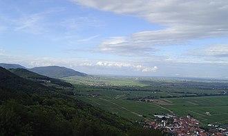 Weinstraße (region) - View from the Madenburg near Eschbach looking north. Left: the Haardt; centre: the Weinstraße hills; right: the Rhine Plain