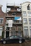 foto van Pand met klokgevel, door driehoekig fronton bekroond, houten ingangsomlijsting, fraai bovenlicht