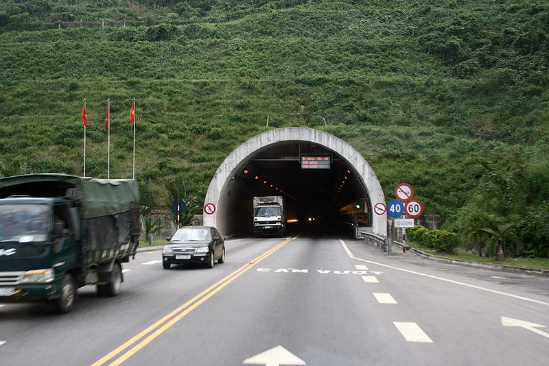 Tập tin:Hai Van Tunnel North Entrance.jpg