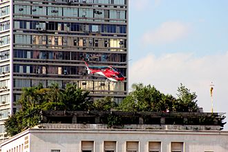 Helicopter taking off from the Sao Paulo City Hall Helicoptero sobre a prefeitura de Sao Paulo.JPG