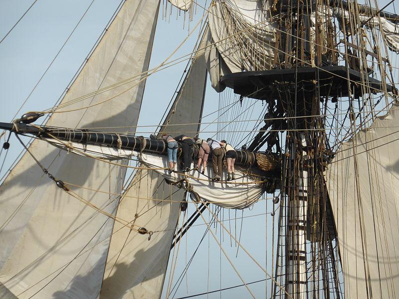 On range les voiles sur le bateau musée Hermione à Rochefort