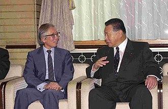 Hideki Shirakawa - Shirakawa with Yoshirō Mori (at the Prime Minister's Official Residence on October 18, 2000)