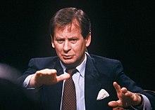 Ian Kennedy moderiert After Dark 1987.JPG