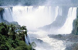 Vista de las cataratas, en el centro la Garganta del diablo