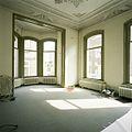 Interieur, overzicht van de linker voorkamer met stucplafond met sierranden en erker - Tilburg - 20388624 - RCE.jpg