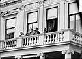 Intocht Koningin Juliana in Den Haag Koninklijke familie op het balkon Paleis No, Bestanddeelnr 903-0062.jpg