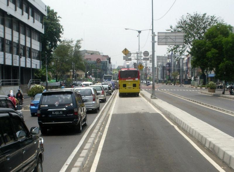 Berkas:JakartaTransjakartaunabhängigerFahrweg.jpg