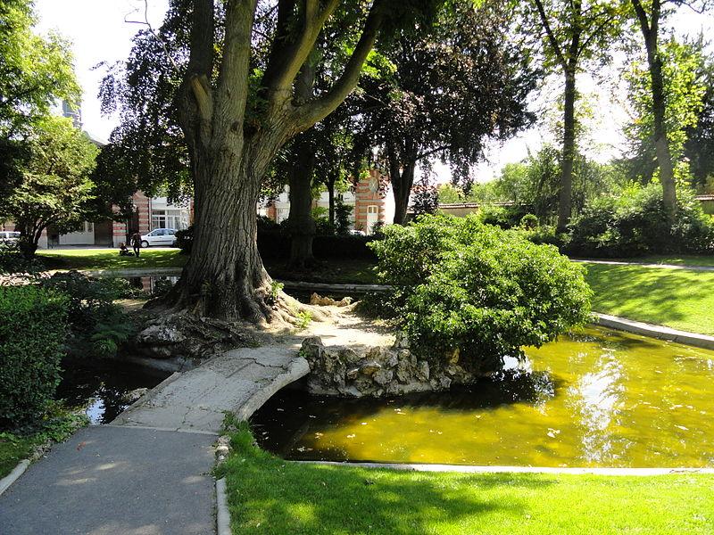 Bassin et île artificielle du jardin de l'Hôtel de Ville d'Épernay