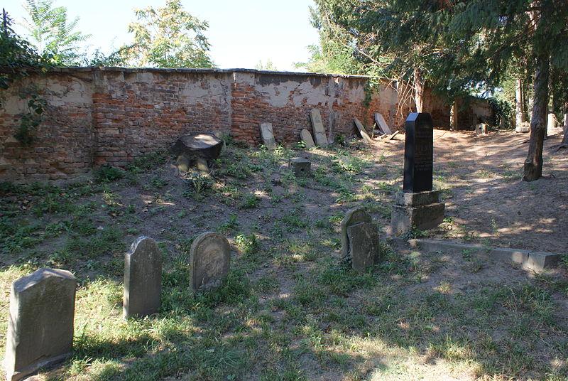 File:Jewish cemetery in Bzenec 18.JPG
