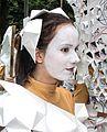 Jonge vrouw met mime masker zomercarnaval in Rotterdam.jpg