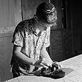 Joodse jongen met een keppeltje op treft voorbereidingen voor het aanleggen van , Bestanddeelnr 255-4697.jpg
