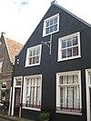 foto van Huis met eenvoudige gepleisterde puntgevel