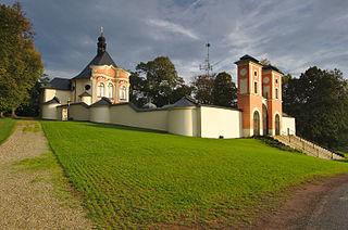 Kostel Povýšení svatého Kříže na Kalvárii - celkový pohled, Jaroměřice, okres Svitavy.jpg