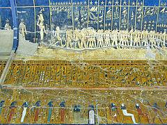 Dettaglio delle complesse decorazioni della tomba di Seti I. Nel registro inferiore, la seconda ora dell'Amduat, sul soffitto, la volta celeste e le costellazioni.