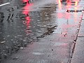 Lichterspieglung auf nasser Straße.jpg