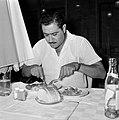 Man aan een maaltijd in Eilat, Bestanddeelnr 255-4985.jpg