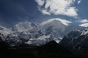 Az északi csúcs (balra) és a fő csúcs felhőkben