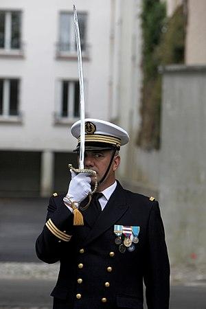 Present arms (command) - Image: Marins Base navale de Brest IMG 8972