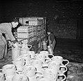 Melkfabriek mannen bezig met het tillen van melkbussen op een vrachtwagen, Bestanddeelnr 252-9455.jpg