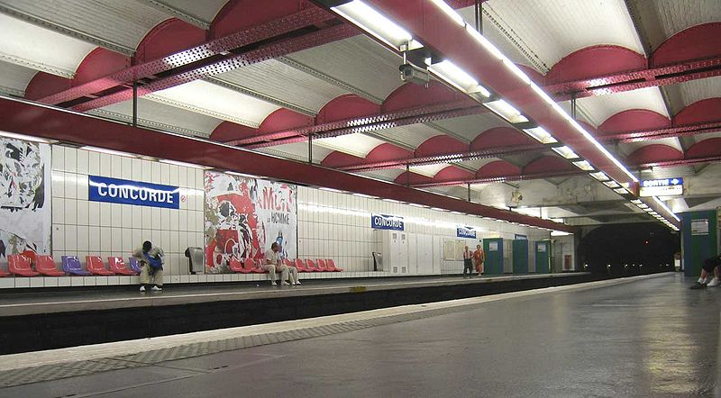 http://upload.wikimedia.org/wikipedia/commons/thumb/6/62/Metro-Paris-Ligne-1-station.jpg/800px-Metro-Paris-Ligne-1-station.jpg