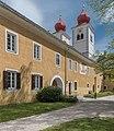 Millstatt Benediktinerstift Innenhof Ost-Ansicht mit Pfarrkirche 20042015 2299.jpg