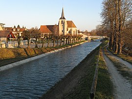 The canal du Loing near Montbouy church