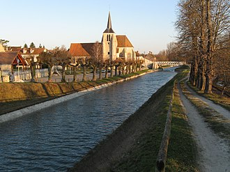 Briare Canal - Image: Montbouy 06