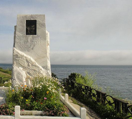 Памятный знак на берегу озера Байкал у места гибели (исток Ангары)