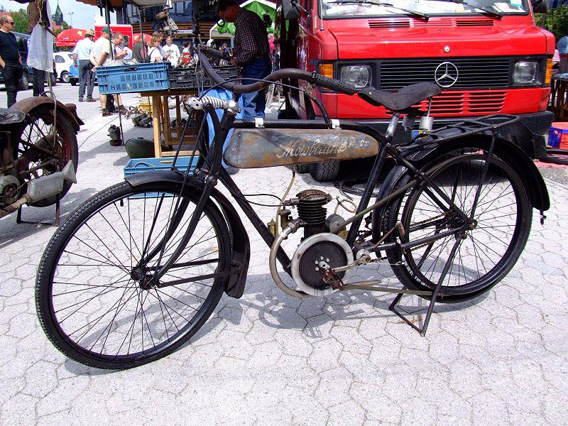 "Motobécane -  übersetzt ""Motordrahtesel"" 800px-Motobecane_Motorrad"
