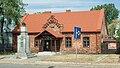 Murowanka szkoła Piłsudski pomnik Wawer 11.jpg