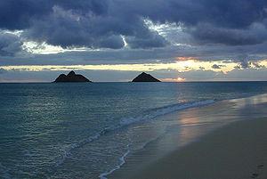 Nā Mokulua in der Morgendämmerung, von Oʻahu aus gesehen