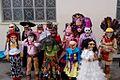 """Niños con disfraces decorados y máscaras de madera en una escuela, Festival """"Xantolo"""" 2013..JPG"""