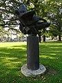 Nijmegen - Sculptuur 'Vliegende Engelen' van Auke Hettema in het plantsoen bij het Geert Grooteplein.jpg