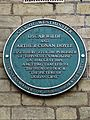 Oscar Wilde and Arthur Conan Doyle green plaque (Westminster).jpg