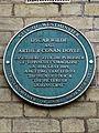 Oscar Wilde and Arthur Conan Doyle green plaque (Westminster).jpg