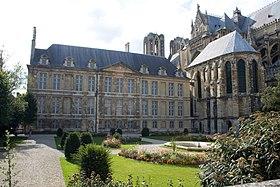 Le Palais du Tau, salle du trésor et cathédrale (de gauche à droite), vue depuis les jardins.