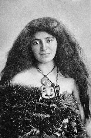 Māori culture - Woman with kiwi feather cloak and heitiki