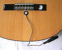 Piezoelektra ŝarĝaŭto sur klasika akustika gitaro