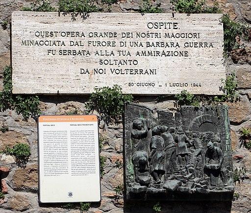 Porta all'Arco (Volterra), lapide