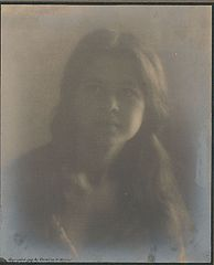 Portrait of Irish-Hawaiian girl 1909.jpg
