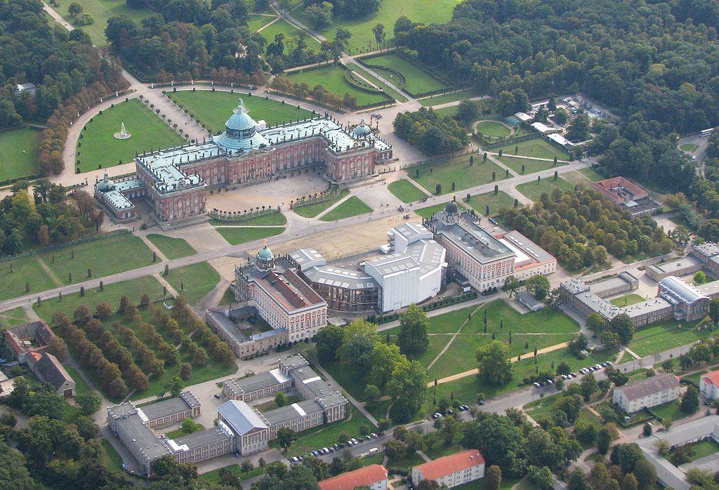 Potsdam Luftbild Neues Palais im Westen von Park Sanssouci (Schlösser und Parks von Potsdam und Berlin). Foto Wolfgang Pehlemann Wiesbaden IMG 0059