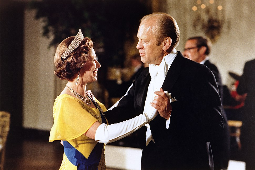 President Ford and Queen Elizabeth dance - NARA - 6923701