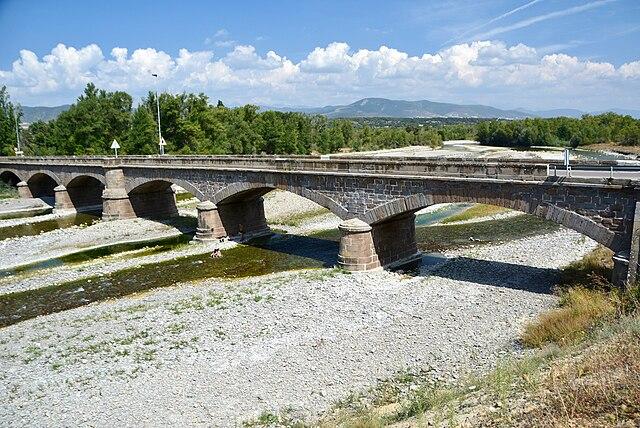 El puente sobre el río Aragón en fuerte estiaje