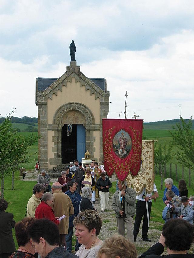 Valfartsprosesjon for Menna i Puzieux foran hennes kapell